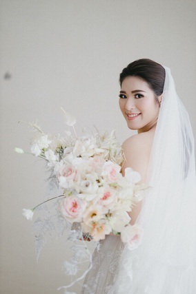 Bride holding soft pink bouquet