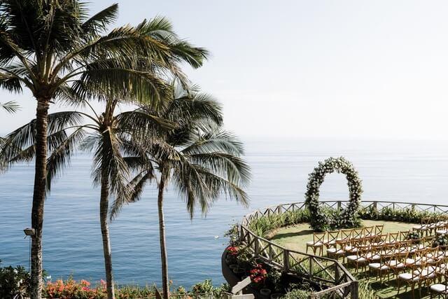 Cliff edge ceremony garden with ocean backdrop of Khayangan Estate